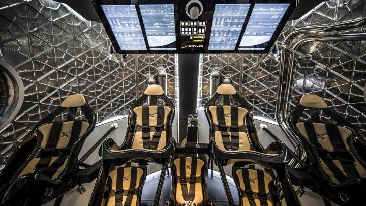 L'équipage termine la vérification de l'ajustement du vaisseau spatial avant la mission entièrement privée en orbite